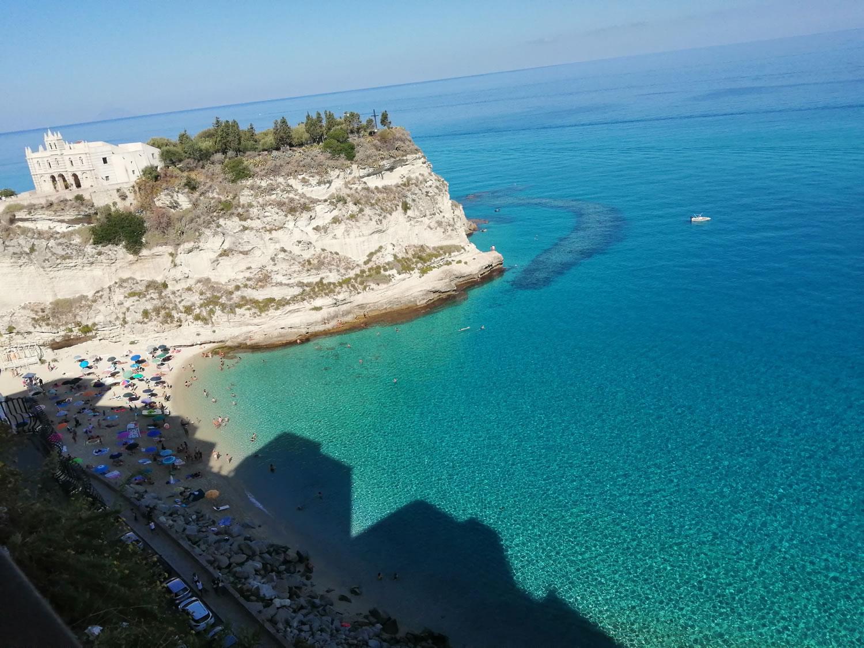 Santa Maria dell'Isola e spiaggia di Tropea